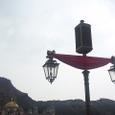 ハーバーの街灯とプロメテウス火山